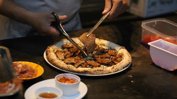 Pizza cơm tấm, bánh xèo taco, kem nước mắm ở Sài Gòn - Ảnh 3.