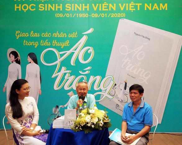 Người nam sinh Sài Gòn tóc bạc kể mãi chuyện xuống đường... - Ảnh 1.