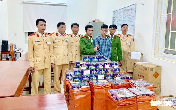Chở gần 1 tấn pháo cùng động vật hoang dã về Việt Nam, một xe khách biển số Lào bị bắt - Ảnh 1.