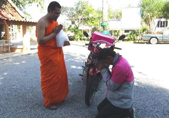 Bắt trend cực nhanh: nhà sư Thái Lan ban phước lành qua cuộc gọi video - Ảnh 1.