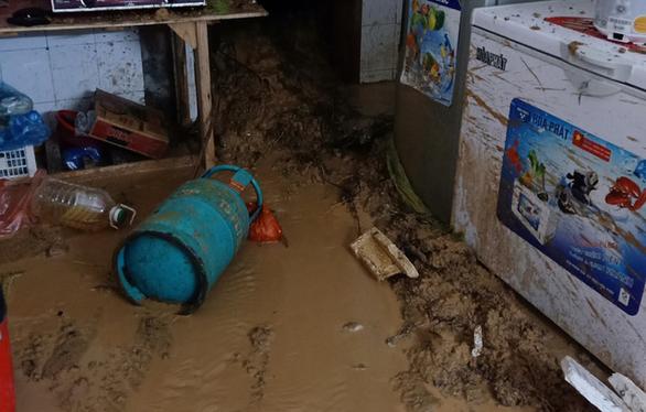 Sau cơn mưa đêm, nhiều nhà ở Lào Cai ngập trong nước, bùn đất - Ảnh 2.