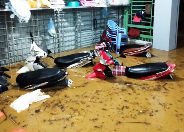 Sau cơn mưa đêm, nhiều nhà ở Lào Cai ngập trong nước, bùn đất - Ảnh 4.