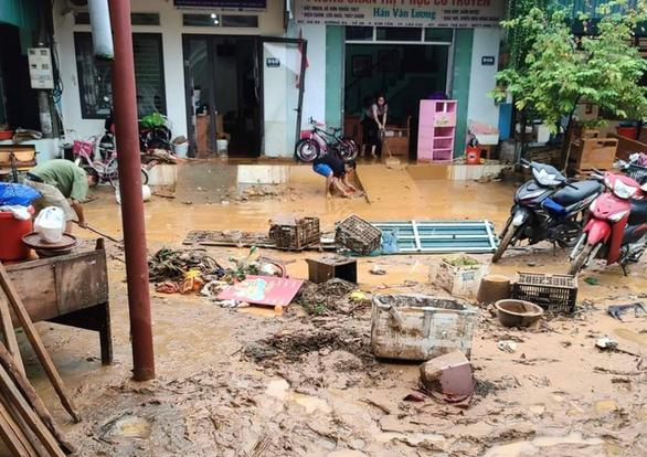 Sau cơn mưa đêm, nhiều nhà ở Lào Cai ngập trong nước, bùn đất - Ảnh 5.