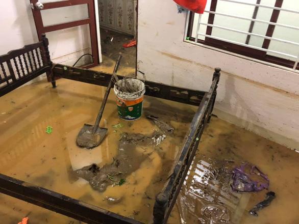 Sau cơn mưa đêm, nhiều nhà ở Lào Cai ngập trong nước, bùn đất - Ảnh 6.