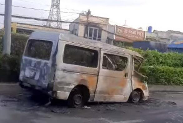Bị chặn, xe 16 chỗ kéo lê xe máy dân phòng 6km rồi tông vô container, cháy rụi - Ảnh 1.