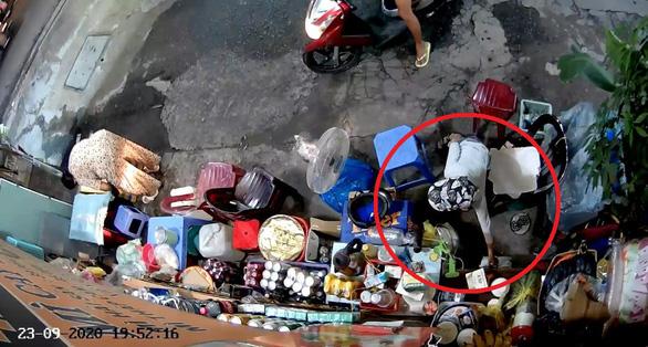 Đã bắt người phụ nữ xúi con nuôi lấy tiền bà bán nước trên đường Lê Văn Sỹ - Ảnh 2.