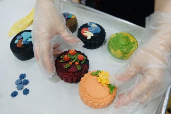 Bánh Trung thu thiết kế cháy hàng, khách vây quanh chờ mua - Ảnh 1.