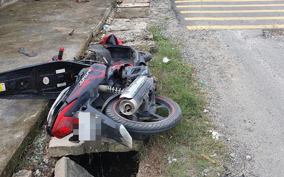 Em gái 13 tuổi chạy xe máy đụng xe ba bánh, chết tại chỗ - Ảnh 2.