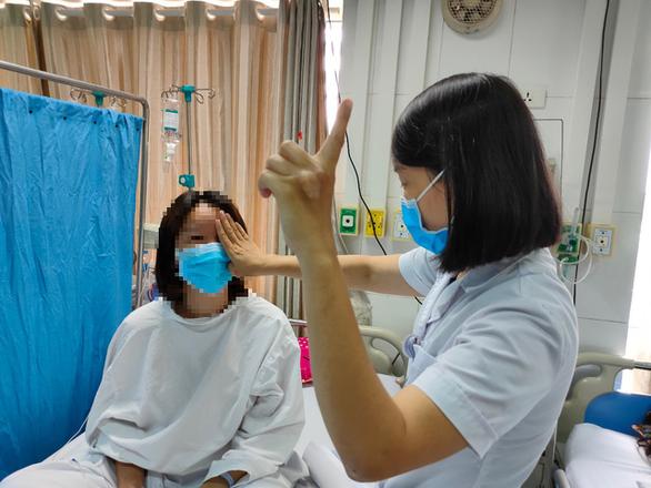 Nữ nhân viên ngân hàng 27 tuổi mù trở lại sau khi tiêm filler nâng mũi 1 triệu/lần - Ảnh 1.