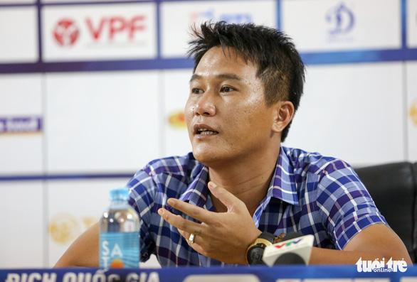 HLV Chu Đình Nghiêm thất vọng vì học trò không thoát được lối chơi ru ngủ của Thanh Hóa - Ảnh 2.