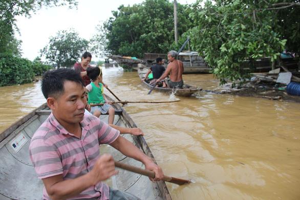 Anh Ái và chiếc ghe nhỏ giúp người làng ven sông trong nước lũ - Ảnh 1.