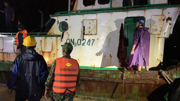 6 sà lan đứt neo trôi dạt Cửa Đại, bộ đội biên phòng cứu hộ 6 công nhân an toàn - Ảnh 3.