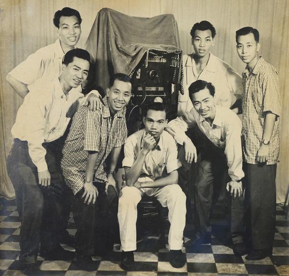 Chia tay ông chủ tiệm Viễn Kính, chia tay người giữ một phần ký ức Sài Gòn - Ảnh 2.
