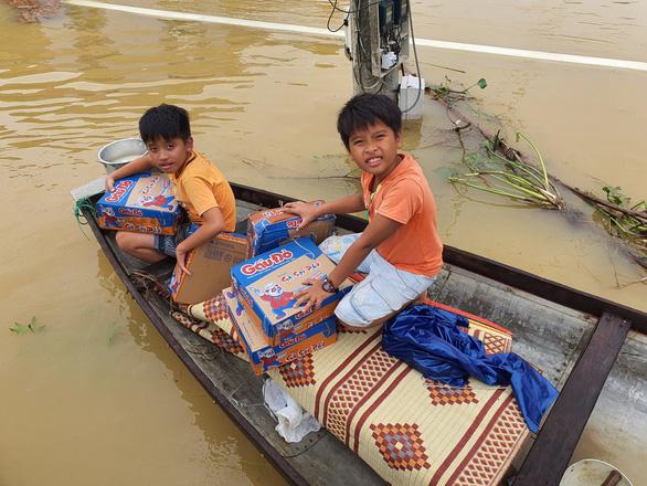 Đem mì tôm, nước sạch cứu dân bị cô lập 3 ngày ở rốn lũ Quảng Trị - Ảnh 6.