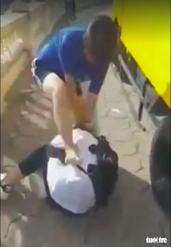 Nữ sinh lớp 8 ở Hà Nội phải nhập viện sau khi bị bạn đánh, đạp tàn nhẫn - Ảnh 2.