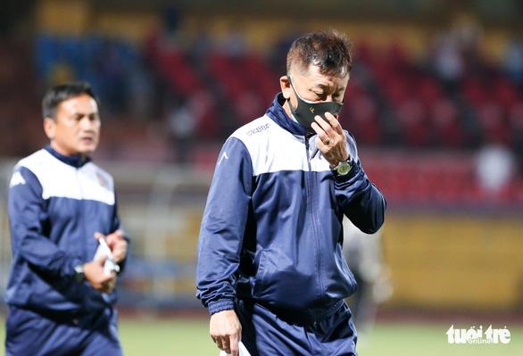 HLV CLB TP.HCM bỏ họp báo, trợ lý mỉa mai tổ trọng tài sau trận thua Hà Nội FC - Ảnh 1.