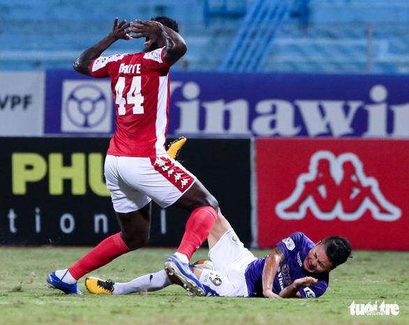 HLV CLB TP.HCM bỏ họp báo, trợ lý mỉa mai tổ trọng tài sau trận thua Hà Nội FC - Ảnh 2.