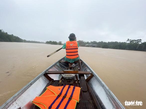Nước sông Vu Gia đổ về cuồn cuộn, người dân trèo lên gác cao tránh lũ - Ảnh 7.