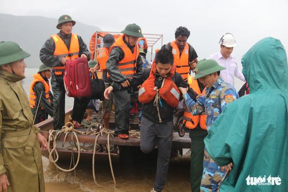 Bộ đội vượt sóng dữ cứu 16 thuyền viên trên tàu hàng mắc cạn - Ảnh 5.