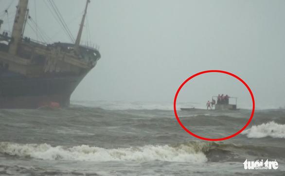 Bộ đội vượt sóng dữ cứu 16 thuyền viên trên tàu hàng mắc cạn - Ảnh 4.