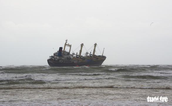 Bộ đội vượt sóng dữ cứu 16 thuyền viên trên tàu hàng mắc cạn - Ảnh 2.