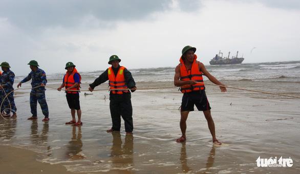Bộ đội vượt sóng dữ cứu 16 thuyền viên trên tàu hàng mắc cạn - Ảnh 3.