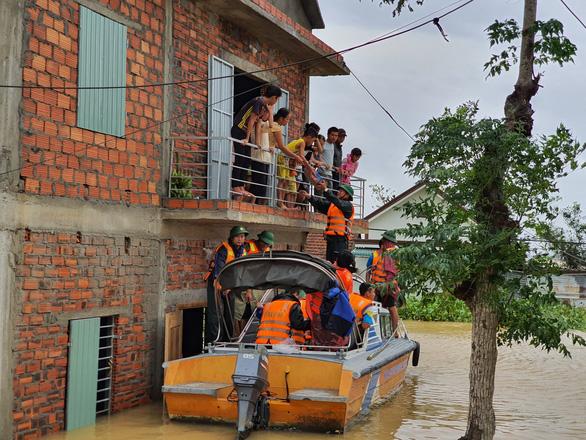 Đem mì tôm, nước sạch cứu dân bị cô lập 3 ngày ở rốn lũ Quảng Trị - Ảnh 2.
