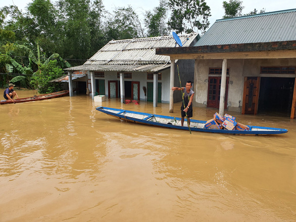 Đem mì tôm, nước sạch cứu dân bị cô lập 3 ngày ở rốn lũ Quảng Trị - Ảnh 4.