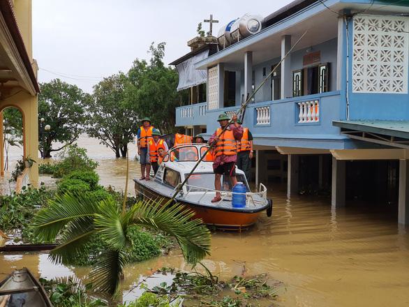 Đem mì tôm, nước sạch cứu dân bị cô lập 3 ngày ở rốn lũ Quảng Trị - Ảnh 5.