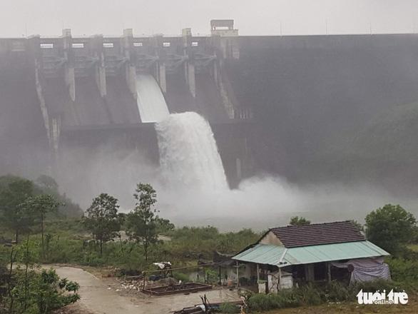 Thủy điện, thủy lợi cùng xả nước, Huế đối mặt lũ lớn hơn mức 20 năm trước - Ảnh 4.