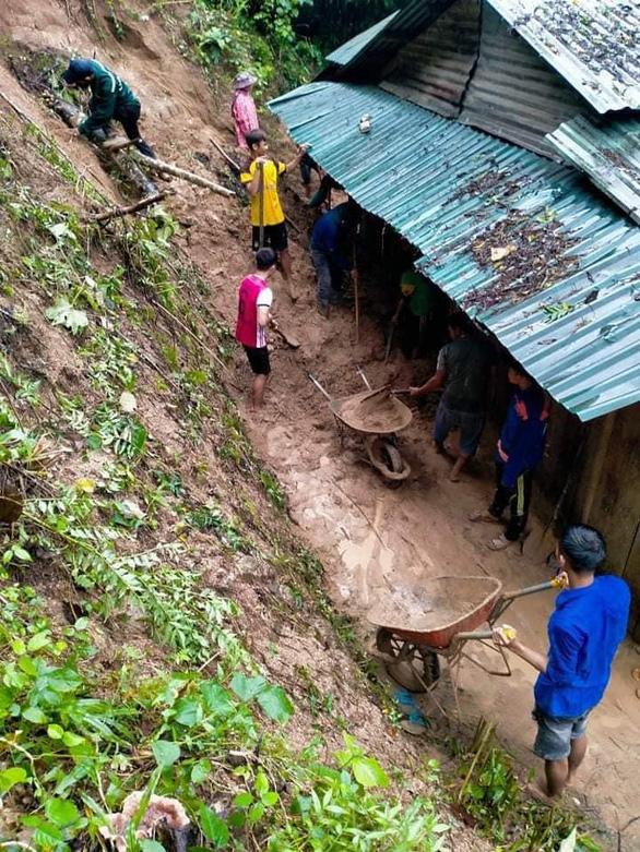 Mưa như trút nước, dân Quảng Nam khiêng nhà ra khỏi vùng sạt lở - Ảnh 4.