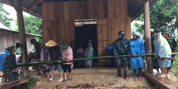 Mưa như trút nước, dân Quảng Nam khiêng nhà ra khỏi vùng sạt lở - Ảnh 2.