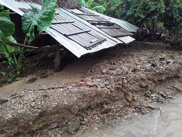 Mưa như trút nước, dân Quảng Nam khiêng nhà ra khỏi vùng sạt lở - Ảnh 3.