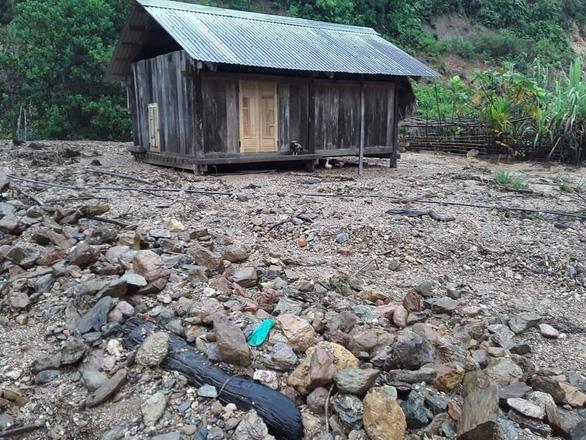 Mưa như trút nước, dân Quảng Nam khiêng nhà ra khỏi vùng sạt lở - Ảnh 6.