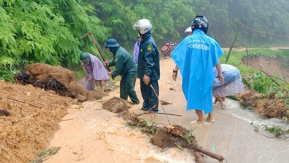 Mưa như trút nước, dân Quảng Nam khiêng nhà ra khỏi vùng sạt lở - Ảnh 7.