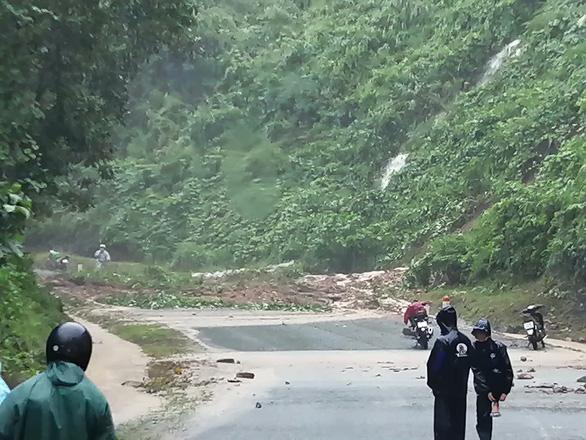 Mưa như trút nước, dân Quảng Nam khiêng nhà ra khỏi vùng sạt lở - Ảnh 8.