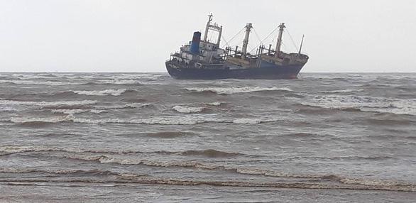 Cứu 16 thủy thủ trên tàu hàng mắc cạn ở biển Hà Tĩnh - Ảnh 2.