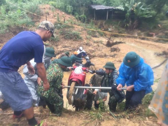 Mưa như trút nước, dân Quảng Nam khiêng nhà ra khỏi vùng sạt lở - Ảnh 9.