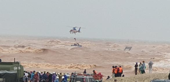Đặc công nước, trực thăng đưa tất cả thuyền viên tàu Vietship 01 vào bờ - Ảnh 8.
