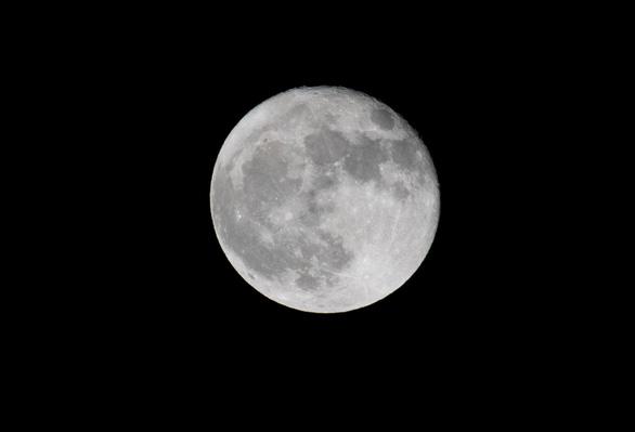 Cơ quan vũ trụ châu Âu chốt kế hoạch khám phá mặt trăng thật đầy đủ - Ảnh 1.