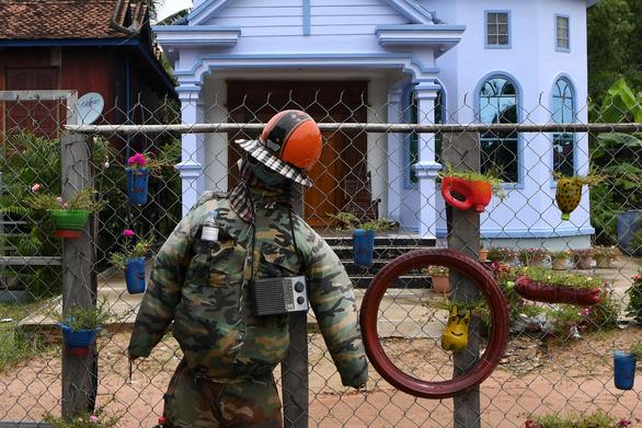 Dân Campuchia đuổi corona bằng bù nhìn cầm súng trước cửa nhà - Ảnh 3.