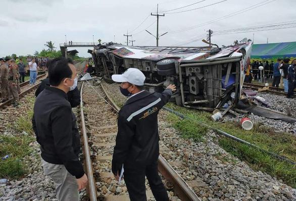 Tai nạn xe buýt, xe lửa tang thương, 20 người đi lễ chùa chết thảm ở Thái Lan - Ảnh 1.