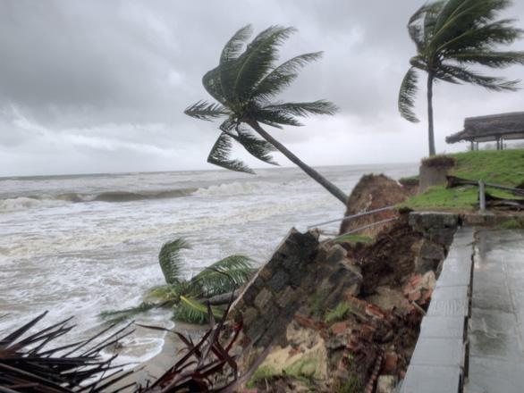 Bờ biển Hội An lại nát tan sau bão - Ảnh 3.