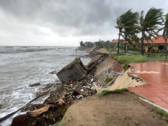 Bờ biển Hội An lại nát tan sau bão - Ảnh 5.
