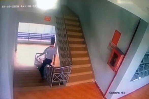Chơi tuột lan can cầu thang, nam sinh lớp 9 ngã tử vong - Ảnh 1.