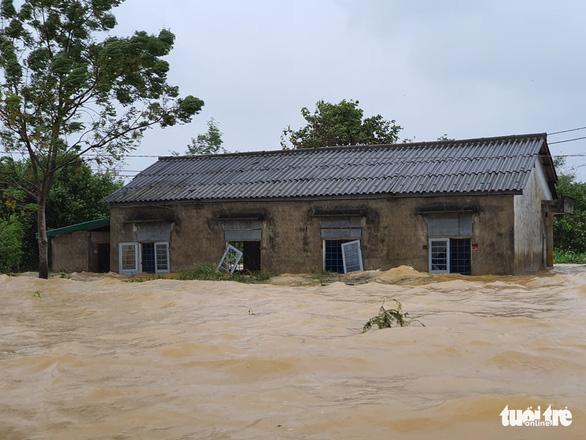 Đội mưa chở mì tôm tiếp tế các hộ dân vùng lũ Hải Lăng - Ảnh 1.