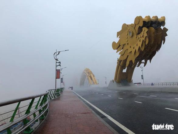 Lái ôtô dìu người đi xe máy qua cầu Rồng giữa mưa to, gió lớn - Ảnh 2.