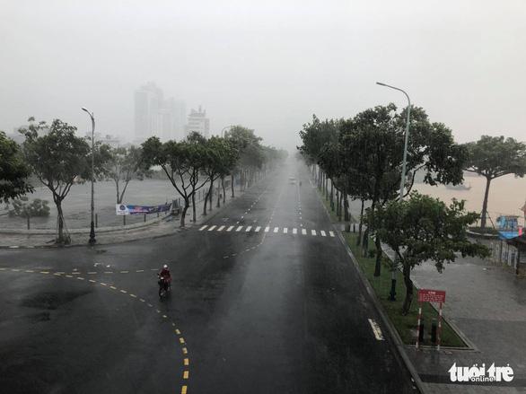 Lái ôtô dìu người đi xe máy qua cầu Rồng giữa mưa to, gió lớn - Ảnh 6.