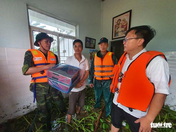 Đội mưa chở mì tôm tiếp tế các hộ dân vùng lũ Hải Lăng - Ảnh 2.
