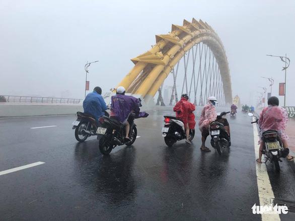 Lái ôtô dìu người đi xe máy qua cầu Rồng giữa mưa to, gió lớn - Ảnh 5.